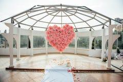 Όμορφη γαμήλια τελετή στη στέγη Στοκ Εικόνα