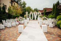 Όμορφη γαμήλια τελετή στο πάρκο μια ηλιόλουστη ημέρα Στοκ φωτογραφία με δικαίωμα ελεύθερης χρήσης