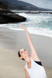 Όμορφη γιόγκα άσκησης γυναικών στην παραλία στοκ φωτογραφία με δικαίωμα ελεύθερης χρήσης