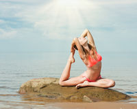 Όμορφη γιόγκα γυναικών στην παραλία στοκ εικόνες