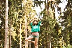 Όμορφη γιόγκα πρακτικών κοριτσιών στο δάσος πρωινού Στοκ Φωτογραφίες