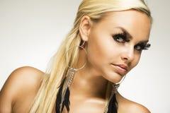 Όμορφη γοητευτική γυναίκα με τα ψεύτικα eyelashes Στοκ Φωτογραφία