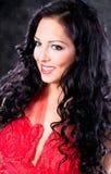 όμορφη γοητευτική κόκκινη γυναίκα φορεμάτων Στοκ εικόνες με δικαίωμα ελεύθερης χρήσης
