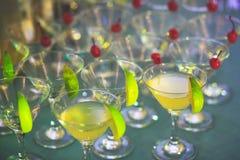 Όμορφη γραμμή διαφορετικών χρωματισμένων κοκτέιλ οινοπνεύματος με τον καπνό σε μια γιορτή Χριστουγέννων, ένα tequila, martini, μι Στοκ φωτογραφίες με δικαίωμα ελεύθερης χρήσης