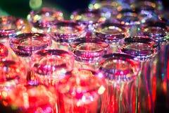 Όμορφη γραμμή διαφορετικών χρωματισμένων κοκτέιλ οινοπνεύματος με τον καπνό σε μια γιορτή Χριστουγέννων, ένα tequila, martini, μι Στοκ Φωτογραφία