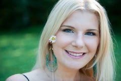 όμορφη γυναίκα άνοιξη κήπων &up Στοκ φωτογραφία με δικαίωμα ελεύθερης χρήσης