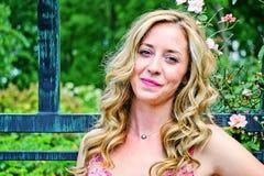 Όμορφη γυναίκα έξω Στοκ εικόνες με δικαίωμα ελεύθερης χρήσης