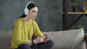 όμορφη γυναίκα ακουστικών απόθεμα βίντεο