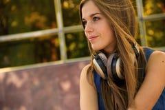 όμορφη γυναίκα ακουστικ Στοκ Φωτογραφία