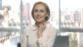 Όμορφη γυναίκα αφηρημάδας στο θολωμένο υπόβαθρο απόθεμα βίντεο