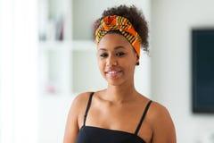 Όμορφη γυναίκα αφροαμερικάνων που φορά ένα αφρικανικό επικεφαλής μαντίλι - Στοκ εικόνες με δικαίωμα ελεύθερης χρήσης