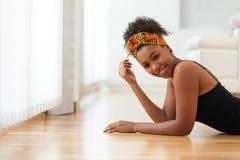 Όμορφη γυναίκα αφροαμερικάνων που φορά ένα αφρικανικό επικεφαλής μαντίλι - Στοκ Εικόνες