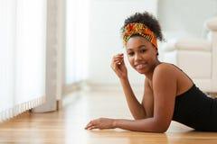 Όμορφη γυναίκα αφροαμερικάνων που φορά ένα αφρικανικό επικεφαλής μαντίλι - Στοκ Φωτογραφίες