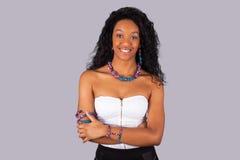Όμορφη γυναίκα αφροαμερικάνων που φορά τα παραδοσιακά ενδύματα και Στοκ Εικόνες