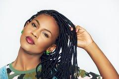 Όμορφη γυναίκα αφροαμερικάνων σχετικά με τις εθνικές δέσμες της Στοκ φωτογραφίες με δικαίωμα ελεύθερης χρήσης