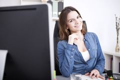 Όμορφη γυναίκα γραφείων που χαμογελά στο Worktable της στοκ φωτογραφία με δικαίωμα ελεύθερης χρήσης