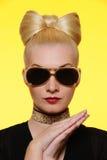 όμορφη γυναίκα γυαλιών ηλί Στοκ Φωτογραφίες