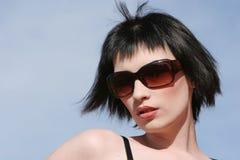 όμορφη γυναίκα γυαλιών ηλί Στοκ Εικόνες