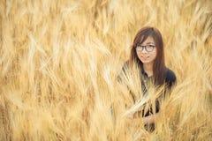 Όμορφη γυναίκα γυαλιών της Ασίας στον τομέα κριθαριού Στοκ φωτογραφίες με δικαίωμα ελεύθερης χρήσης