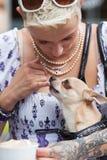 όμορφη γυναίκα δερματοστιξιών σκυλιών Στοκ Εικόνες