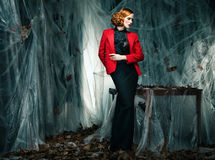 Όμορφη γυναίκα ενάντια στη διακόσμηση φθινοπώρου. Μόδα Στοκ Εικόνες