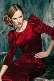 Όμορφη γυναίκα ενάντια στη διακόσμηση φθινοπώρου. Μόδα Στοκ εικόνες με δικαίωμα ελεύθερης χρήσης