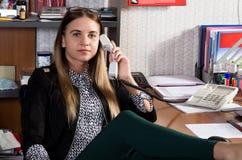 Όμορφη γυναίκα εργαζόμενος γραφείων που μιλά στο τηλέφωνο ρολόι πεννών γραφείων σημειωματάριων έννοιας Στοκ εικόνες με δικαίωμα ελεύθερης χρήσης