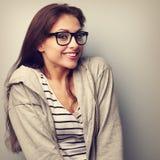Όμορφη γυναίκα διασκέδασης στα γυαλιά με το ευτυχές χαμόγελο Εκλεκτής ποιότητας portrai Στοκ φωτογραφία με δικαίωμα ελεύθερης χρήσης