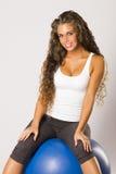 Όμορφη γυναίκα ικανότητας που κάνει την άσκηση Στοκ φωτογραφία με δικαίωμα ελεύθερης χρήσης