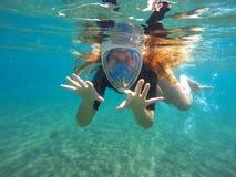 Όμορφη γυναίκα κάτω από το νερό που κολυμπά με αναπνευτήρα στη μάσκα, κόκκινη κολύμβηση με αναπνευστήρα κοριτσιών τρίχας Στοκ φωτογραφίες με δικαίωμα ελεύθερης χρήσης