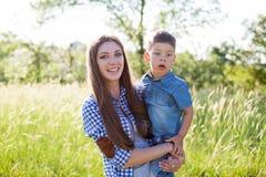 Όμορφη γυναίκα και μικρό πορτρέτο αγοριών συμπαθητικές στοκ εικόνες με δικαίωμα ελεύθερης χρήσης