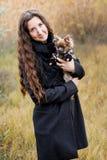 Όμορφη γυναίκα και το σκυλί της στο πάρκο φθινοπώρου στοκ φωτογραφίες