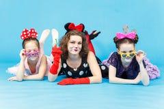 Όμορφη γυναίκα και δύο κορίτσια μίνι αστείο να βρεθεί κοστουμιών Στοκ φωτογραφία με δικαίωμα ελεύθερης χρήσης
