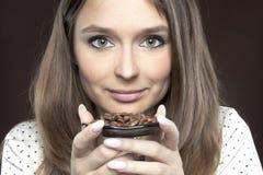 όμορφη γυναίκα καφέ φασολ Στοκ φωτογραφίες με δικαίωμα ελεύθερης χρήσης