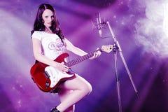 όμορφη γυναίκα κιθάρων Στοκ φωτογραφία με δικαίωμα ελεύθερης χρήσης