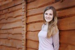 Όμορφη γυναίκα κοντά σε έναν ξύλινο φράκτη Στοκ φωτογραφία με δικαίωμα ελεύθερης χρήσης