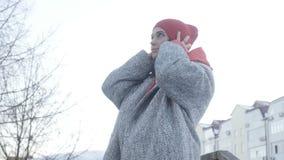 Όμορφη γυναίκα κοντά στις πολυκατοικίες απόθεμα βίντεο