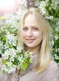 Όμορφη γυναίκα κοντά στο δέντρο μηλιάς ανθών Στοκ Εικόνες