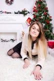 Όμορφη γυναίκα κοντά στο χριστουγεννιάτικο δέντρο στοκ εικόνες με δικαίωμα ελεύθερης χρήσης