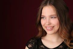όμορφη γυναίκα κοριτσιών κλείστε επάνω ανασκόπηση σκούρο κόκκιν&omi Στοκ Εικόνα