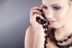 όμορφη γυναίκα κοσμήματο&sig Στοκ φωτογραφία με δικαίωμα ελεύθερης χρήσης