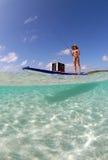 όμορφη γυναίκα κουπιών χαρτονιών αλιεύοντας στοκ εικόνα