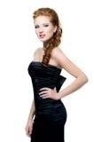 Όμορφη γυναίκα κόκκινος-hairedl-κοκκίνου στο μαύρο φόρεμα Στοκ Φωτογραφία