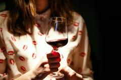 όμορφη γυναίκα κόκκινου κρασιού γυαλιού στοκ εικόνες