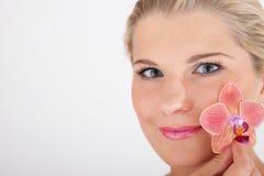όμορφη γυναίκα λουλου&delt Στοκ Φωτογραφίες