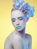 όμορφη γυναίκα Λουλούδι hairstyle Τέχνη σώματος Στοκ Εικόνες
