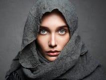 όμορφη γυναίκα μαντίλι αραβική μόδα Στοκ Φωτογραφία