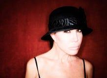 όμορφη γυναίκα μαύρων καπέλ& Στοκ φωτογραφία με δικαίωμα ελεύθερης χρήσης