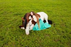 Όμορφη γυναίκα με ένα άλογο στον τομέα Κορίτσι επάνω Στοκ Εικόνα