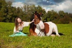 Όμορφη γυναίκα με ένα άλογο στον τομέα Κορίτσι επάνω Στοκ Φωτογραφίες